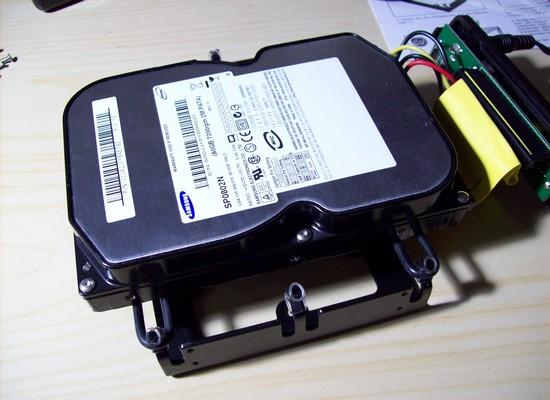 Festplatte einfach auf die eingespannten Gummiringe gelegt - Sharkoon HDD Vibe Fixer