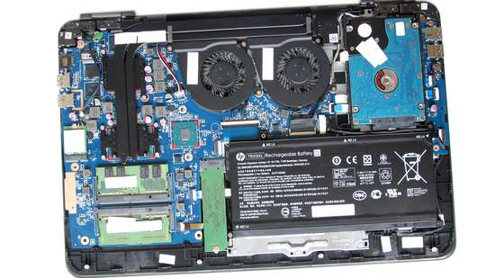HP OMEN - Gaming-Notebook - geöffnete Unterseite, Unterboden, Body